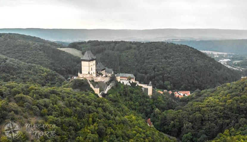el castillo de Karlstejn a vista de pájaro