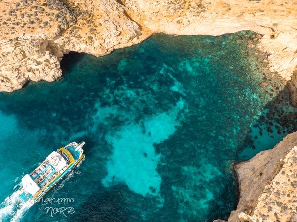 Barco turístico en Comino